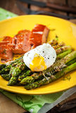 Delicious roasted green asparagus, poached egg and smoked salmon Royalty Free Stock Photos
