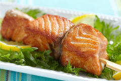 Delicious roasted salmon on skewers Royalty Free Stock Photos