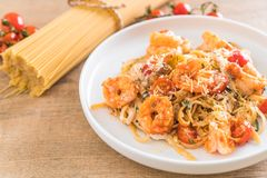 spaghetti with shrimps, tomatoes, basil and cheese Stock Images
