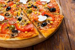 Delicious vegetarian pizza with tomatoes, mushrooms and olives Stock Images