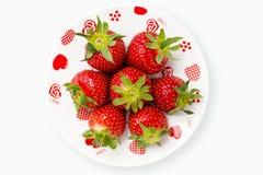 deliciously röda romantiska jordgubbar för platta Arkivbild