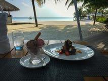Deliciuos deser Truskawkowy i czekoladowy lody, czekolada fotografia royalty free