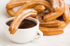Deliciuos spanska Churros med choklad Royaltyfri Bild