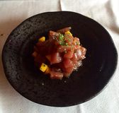 Delicius. Atún tartar mango plato Royalty Free Stock Photo