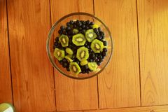 Delicoius fruktsallad på ett köksbord Fotografering för Bildbyråer