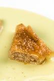 Delicous甜鲜美果仁蜜酥饼用核桃在板材特写镜头宏指令服务 免版税库存照片