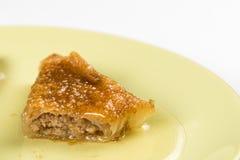 Delicous甜鲜美果仁蜜酥饼用核桃在板材特写镜头宏指令服务 免版税库存图片