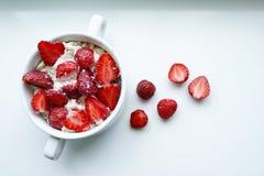 Delicous e sobremesa nutritivo da morango, alimento do ver?o no fundo branco, espa?o da c?pia, fim acima fotos de stock royalty free
