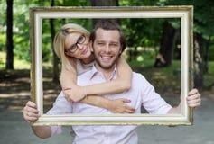 Delighted casó a la pareja que tomaba una foto conceptual Imágenes de archivo libres de regalías