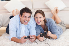 Delighted couple playing video games Royalty Free Stock Photos