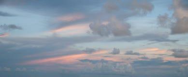 Delikat abstrakt designbakgrund av en solnedgånghimmel: randiga rosa färger och blåa genomskinliga moln på blåaktig himmel Royaltyfri Foto