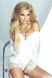 Delikat blond ängel som ser kameran royaltyfri bild