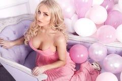 Delikat blont posera för kvinna Royaltyfri Foto