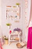 Delikat garnering med blommor och en tabell royaltyfri fotografi