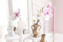Delikat och ljus garnering av den klä tabellen med blommor, stearinljus slapp fokus close upp royaltyfria bilder