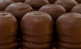 Delikat piskad kräm som är dold med den mest fina chokladskorpan Arkivbilder