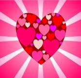 Delikat rosa kort med en stor röd hjärta av många som är små i cenen Royaltyfria Bilder