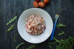 Delikat sallad av vit kål, morötter och spanska peppar dekorerat med gr?splaner och gr?nsaker Veggiematr?tt Riktig n?ring royaltyfri foto