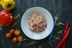 Delikat sallad av vit k?l, mor?tter och spanska peppar dekorerat med gr?splaner och gr?nsaker Veggiematr?tt Riktig n?ring royaltyfria bilder