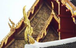 Delikat thailändsk konst på taköverkanten av den buddistiska templet i Bangkok, Tha Royaltyfri Bild
