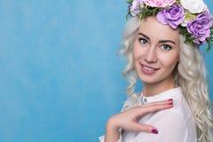 Delikat ung flicka i en krans av blommor Royaltyfria Foton