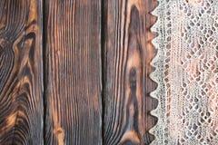 Delikat virkat handgjort woolen dunigt material över lantlig träbakgrund royaltyfria bilder