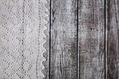Delikat virkat woolen dunigt material över lantlig träbakgrund royaltyfria foton