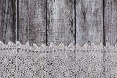 Delikat virkat woolen dunigt material över lantlig träbakgrund arkivfoto