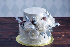 Delikat vit dekorerad britsbröllopstårta med en original- design genom att använda mastixrosor Begrepp av festliga efterrätter royaltyfri fotografi
