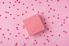 Delikata rosa färger festar bakgrund med banderoller för att fira med spridda konfettier Arkivbilder