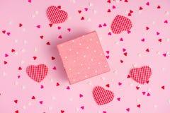 Delikata rosa färger festar bakgrund med banderoller för att fira med spridda konfettier Arkivfoton
