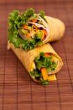 Delikatesy Tortilla opakunek Ciący w połówce zdjęcia stock
