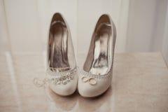 Delikatna ślubna biżuteria, pierścionki i ślubów buty, Obraz Stock