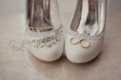 Delikatna ślubna biżuteria, pierścionki i ślubów buty, Fotografia Royalty Free