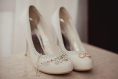 Delikatna ślubna biżuteria, pierścionki i ślubów buty, Zdjęcie Stock