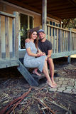 Delikatna elegancka romantyczna para siedzi na schodkach blisko odpoczynku Obrazy Stock
