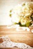 Delikatna Koronkowa przesłona na drewno stole z Różanym bukietem zdjęcie royalty free