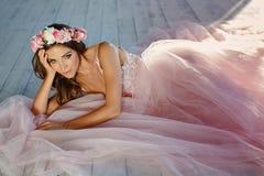 Delikatna piękna dziewczyna w różowym wianku kwiaty sm i sukni zdjęcie royalty free