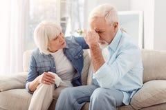 Delikatna starsza kobieta pociesza jej ukochanego męża zdjęcia stock