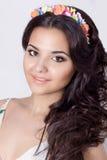 Delikatnego eleganckiego pięknego schaslivo uśmiechnięta kobieta z długim czarni włosy fryzuje z barwionym obręczem kolory w jask Obrazy Royalty Free