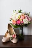 Delikatni ślubni bukieta, butoniere i ślubu buty, Zdjęcia Stock