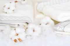 Delikatni biali bawełna kwiaty, ręczniki i zdjęcie royalty free