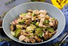 Delikatni plasterki polędwicowi z zucchini i pieczarkami kurczak stewed z Włoskimi ziele Obraz Royalty Free