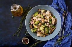 Delikatni plasterki polędwicowi z zucchini i pieczarkami kurczak stewed z Włoskimi ziele Zdjęcie Royalty Free