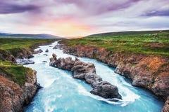 Delikatni skłony nakrywający lodowowie i góry Cudowny Iceland w wiośnie Fantastyczne dramatyczne chmury zdjęcie stock