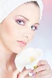 Delikatnie target389_1_ kwiatu kobieta z ręcznikiem fotografia royalty free