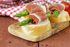 Delikatności zakąski zieleni baleron i asparagus fotografia stock