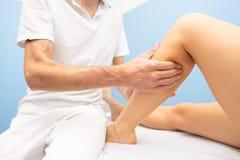Delikatny łydkowy masaż w physiotherapist fachowym studiu zdjęcia stock
