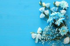 delikatny błękitny kwiatu przygotowania na drewnianym tle kosmos kopii Fotografia Stock