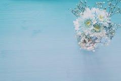 delikatny błękitny kwiatu przygotowania na drewnianym tle kosmos kopii Zdjęcie Royalty Free
